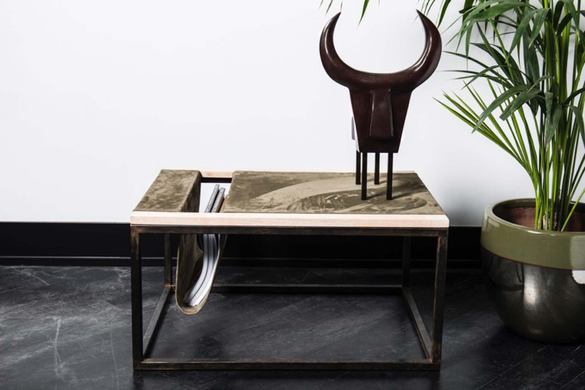 Table Basse à journaux, métal, bois & daim